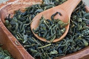 Getrockneter grüner Tee - fertig für die Zubereitung