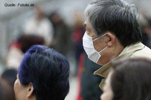 Von uns Europäern oft belächelt: Asiaten, die in der Öffentlichkeit mit einem Mundschutz unterwegs sind, um sich vor Smog zu schützen. Ich meine: Keine schlechte Idee!