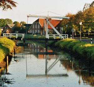 Kanal mit Klappbrücke in Westgroßefehn