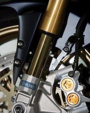 Die YZF-R1SP, die limited Edition der R1 ist mit anspruchsvollen Federelementen von Öhlins und Aluminium Rädern von Marchesini ausgerüstet – das reduziert das Gewicht der ungefederten Massen.