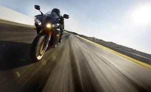Dank der geringen Stirnfläche, der tiefen und flachen Sitzposition und Lösungen wie den unter der Sitzbank platzierten Schalldämpfern bietet die Yamaha YZF-R1SP 2006 einen reduzierten Luftwiderstand und ein verbessertes Hochgeschwindigkeitspotential.