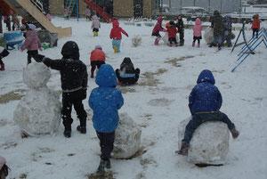「ゆきだーっ」みんなで協力して雪だるまを作ります。