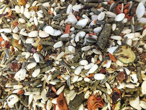Mischfutter aus Pellets, Saaten und Gemüse