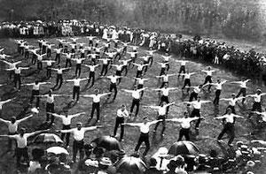 """Vorführung von """"Eichenkreuz""""-Sportlern auf dem Kiebitzhof, 1909"""