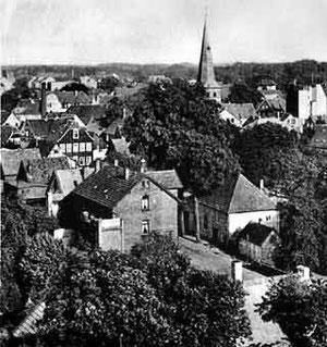 Blick in die damalige Göbenstraße (heute Daltropstraße), im Mittelgrund rechts die Synagoge mit dem angebauten Schulzimmer.