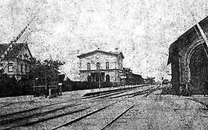 Bahnhof um 1875. Links Haus Saligmann (Lumpenhandel, Kökerstraße), rechts Güterschuppen