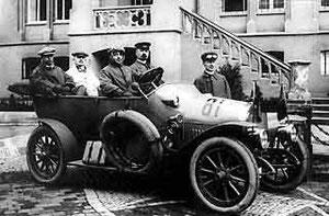 Miele-Auto vor dem Rathaus um 1912. Am Steuer Oberingenieur Hans Klemm, daneben Carl Miele sen.