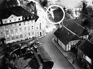 Im Kreis: Gebäude der katholischen Volksschule. Foto um 1950