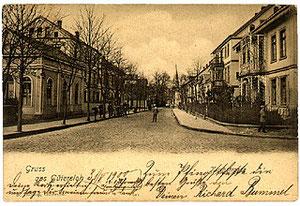 Auf der linken Seite der Kirchstraße befand sich um 1900 das Hotel Schmale mit einer Bierhalle (vorne). Später übernahm Hotelier Freese das Gebäude und nannte es Kaiserhof. Dieser Name ist allerdings bis heute mit dem ehemaligen Namen Niemöller Nr. 31 auf