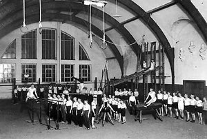 """""""Eichenkreuz""""-Sportler in der Jahn-Turnhalle in der Bismarckstraße 1915"""