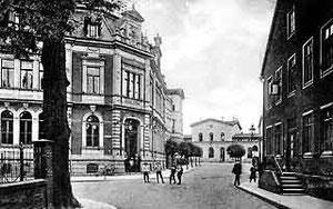 Rechts: Wetterstation am Haus Stohlmann. Die Messgeräte befinden sich vor den Fenstern der ersten Etage des Gebäudes.