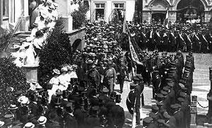 Fahnenweihe des Gütersloher Landwehrvereins 1907 vor dem Gütersloher Rathaus