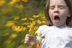 Mädchen niest wegen Pollenallergie