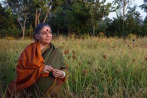 Vandana Shiva devant un champs de millet, banque de graines Navdania