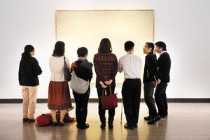 写真:中島佑輔 2011年11月11日横浜美術館「光をめぐる表現」展 みんなで鑑賞中。