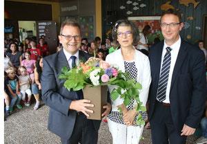 """Ein dickes """"Dankeschön"""" und dazu einen dicken Strauß Blumen bekam Margit Lesch von Lebenshilfe-Geschäftsführer Olaf Haase (links) und dem 2. Vorsitzenden Timo Zirnsak."""