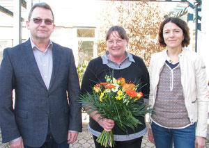 """""""Schön, dass Sie bei uns arbeiten"""". Zum 40-jährigen Dienstjubiläum gratulierten Monika Buhlheller (Mitte) Lebenshilfe-Vorstandsmitglied Christiane Schöller sowie Geschäftsführer Olaf Haase."""