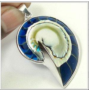 Ювелирные изделия с драгоценными и полудрагоценными камнями выполнены в серебре 925 пробы.