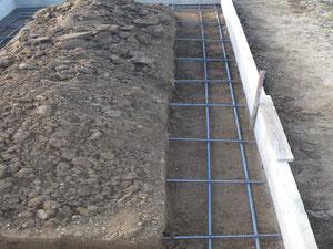 外柵の基礎のための型枠・鉄筋の写真