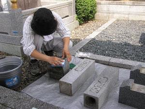 小物の手磨き作業の写真