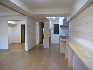 木の壁、コルクの床、木の家具やキッチンセット  全てオイルフィニッシュという天然オイルだけの仕上げです