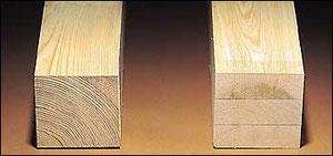 写真の左が無垢の柱、右がエンジニアリングウッドの柱  実際には表面に薄い板を張ってしまうので見分けが付きません