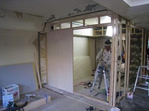 壁下地を作っている大工さん