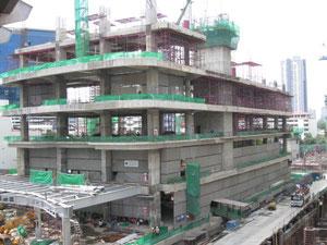 東南アジアでの大きなビルの建設現場。かなりしっかりしていますが、柱と床だけで耐震壁と呼ばれる壁がありません
