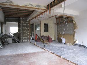 間仕切りを全て壊して、スケルトンになったマンション  ここから新たに壁を作り直します
