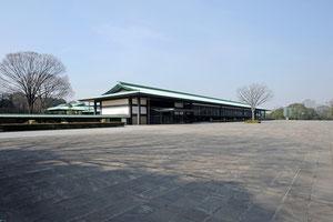 皇居の新宮殿  この建物の屋根の形と材質を決めるには大変な議論が交わされました