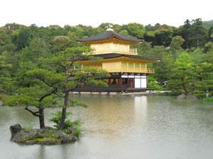 こんな池はもちろん有り得ませんが、日本人は庭に池を設けて自然を愛していました