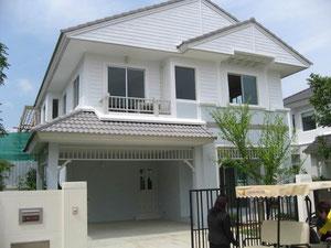 バンコクの中流家庭向住宅   数百戸の住宅が立ち並ぶ住宅地ですが全て建売りです