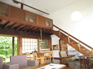 建築家前川國雄の自邸 大きな吹抜の居間食堂が印象的です