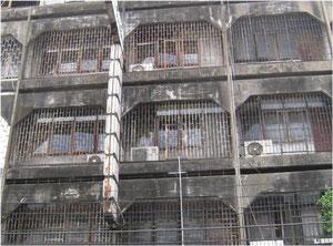 鉄格子で覆われたアパート