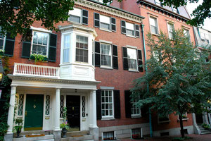 ボストンのアパート 下に小さく見える窓が地下室の窓