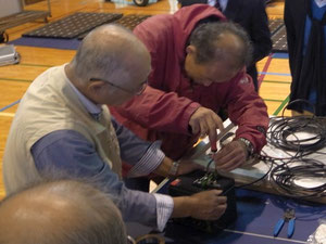 この日の組み立てワークショップ参加者は小諸エコビレッジからも近い上田市から。写真は、バッテリーに充電コントローラーを取り付けているところ