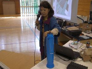 自然エネルギー学校 in 小諸エコビレッジで、真空管式のソーラークッカーを紹介する藤井智佳子さん