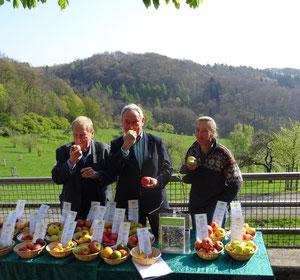 Zum Anbeißen knackig....Prof. Dr. Jürgen Rolle vom LVR (links), Staatssekretär Horst Becker (Mitte, MKULNV)  und Barbara Bouillon (rechts, Biol. Station Rhein-Sieg)