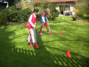 Olympia- und Fußballkiste: kleine Olympioniken bei der olympischen Disziplin Laufdolli-Parcours