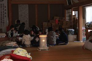 避難所で勉強している子供たち