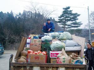トラック2台に積まれた食料品などの支援物資