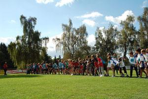 Schülergruppen vor dem Start.