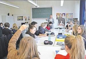 Der Bundestagsabgeordnete Matthias Miersch diskutiert im Unterricht mit Schülern der KGS Sehnde über Ideen für die Klimakonferenz in Rio. haz