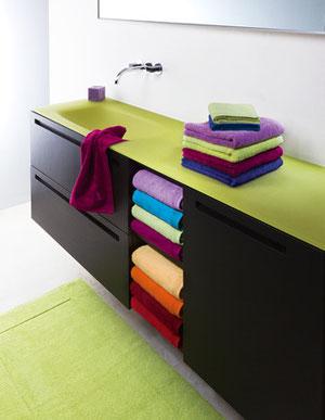 Waschtischanlage mit farbenfrohen Handtüchern der Fa. Möwe