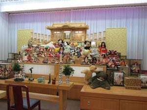 人形供養祭には役目を終えた様々な人形が持ち込まれます。