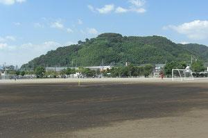 2011年 次男が走るグラウンドから望む白岩寺公園        手柄は足にあり