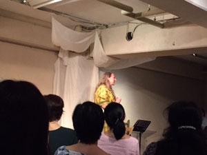 公演終了後に挨拶するクレア・ヒューイットさん