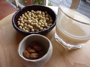 写真左上が生の青大豆、右が豆乳、下が納豆です