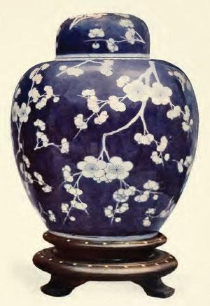 Vase de porcelaine avec fleurs de pruniers, mei houa kouan, couvercle en forme de cloche Branches de pruniers sauvages sur fond battu bleu éclatant.