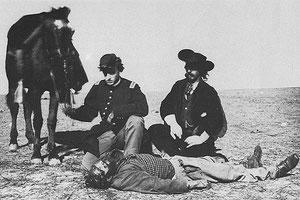 Ein Offizier der U.S.-Armee und ein Frontiersmann untersuchen die skalpierte Leiche eines von den Cheyenne getöteten weißen Jägers.